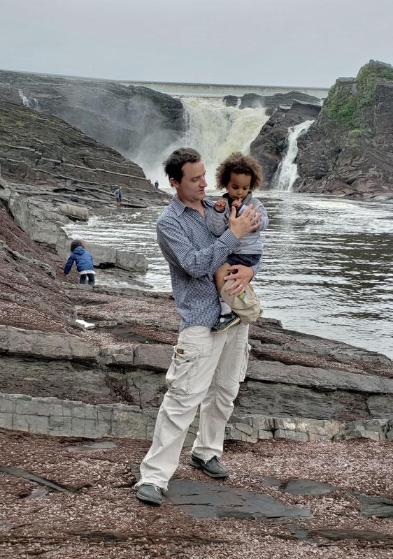 Brian Lüdtke con su hijo