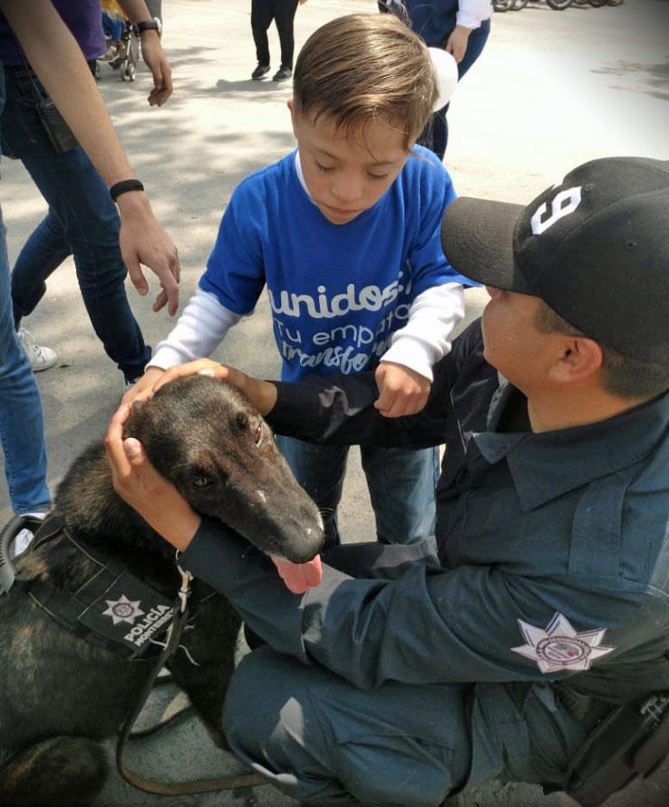 Un policía de Monterrey habla con niños locales.
