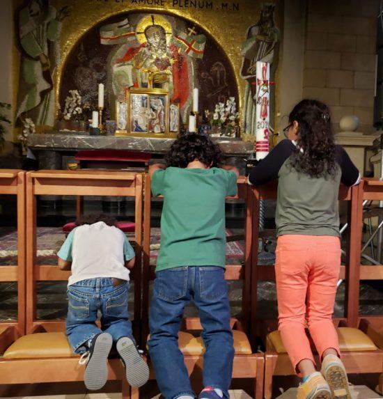 Los niños Lüdtke en una catedral en Alemania